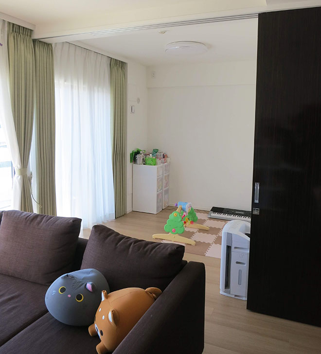 リビングと繋がる居室は、お子様の遊び場として活用。南向きなので、一日中自然光が入り、気持ちよく過ごせる。