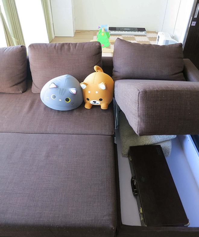 ソファは新居に合わせ、下部に収納が付いたタイプを購入。リビングに散らばりがちな物をすっきりとしまい、空間を有効に活用できる。