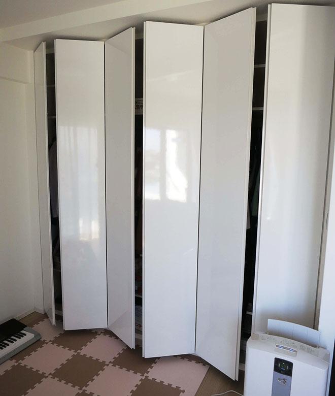 居室ごとにクロゼットが設置されているので、使う場所ごとに服や小物を収納できる。
