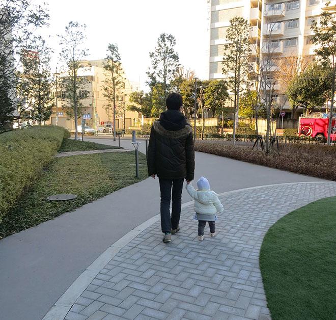 「子どもが最近歩けるようになったので、散歩に出かける機会が増えました」とMさん。マンションの敷地内にも様々な植栽が施されている。