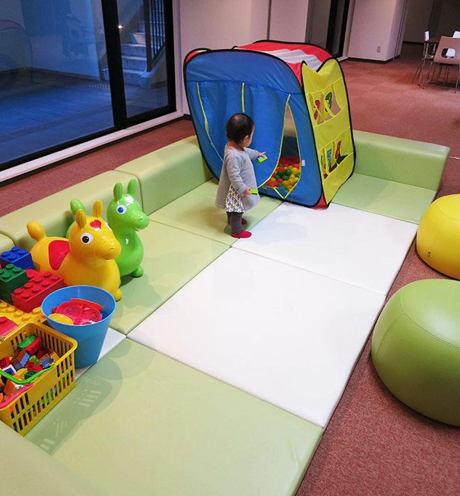 マンションの1階にはキッズスペースがあり、天候に左右されることなく、お子様をのびのびと遊ばせることができる