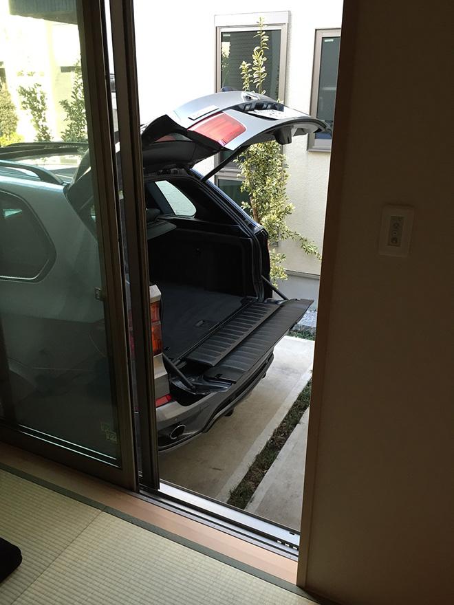 スーパーでトランクいっぱいになるほどまとめ買いをすることがあるというMさん。荷物は駐車場から和室に直接搬入できる。「和室はLDKと続いているのでとても便利です」。
