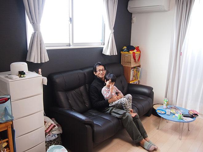 リビングに置いた3人掛けのソファは新居に合わせて購入。北側ながら大きな窓に面し、自然光がいっぱいに入る。