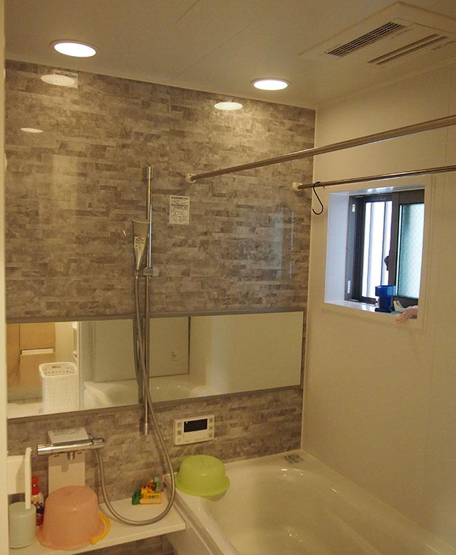 浴室には、雨の日にも洗濯物を干すことができる室内物干しや浴室乾燥が備わっているのが便利でかなりの頻度で活用しているそう。