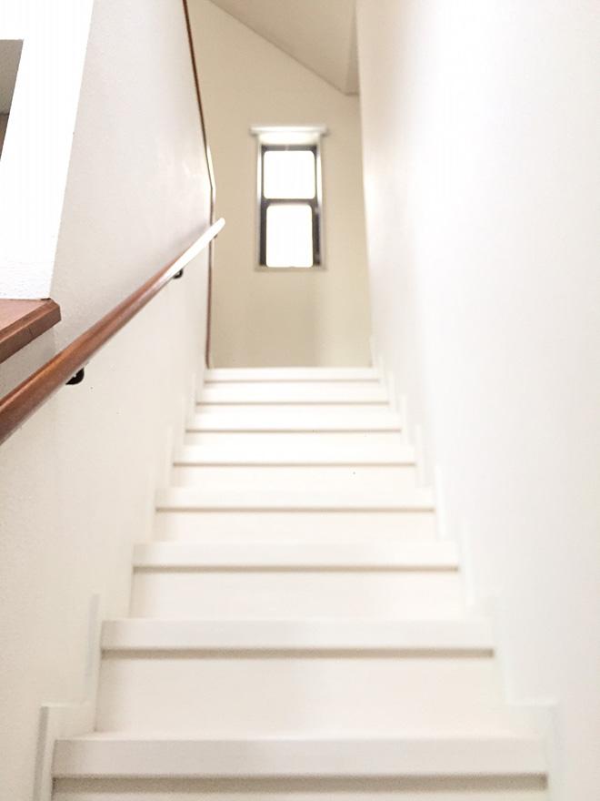 白で統一された階段。正面に窓も配置されているので、日差しも入り、明るく開放的な印象。