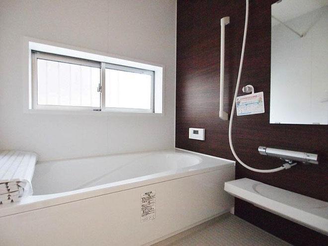 「浴室に窓があるのは戸建ての特権ですね」と嬉しそうに話すNさん。将来、ガスの浴室暖房乾燥機を入れる計画もあるそう。