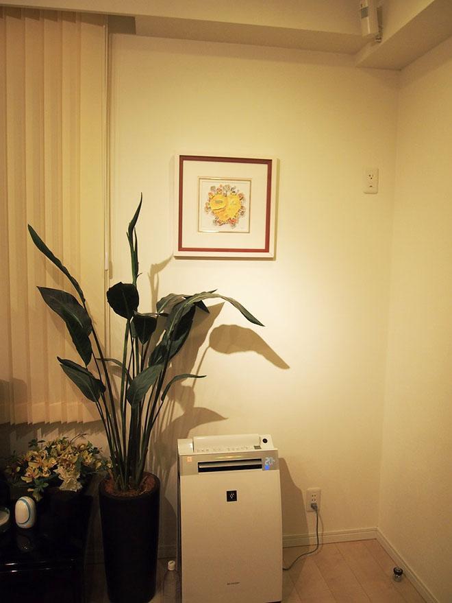 テレビ横の絵画は両親が選んでくれたもの。「せっかくのプレゼントなので、リビングの目立つ場所に飾りました」とMさん。
