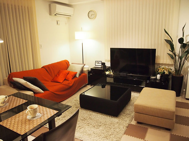 ソファやガラステーブル、テレビ、テレビ台など、家具は全て展示品を譲り受けたもの。モダンなデザインでどれもお気に入りだそう。