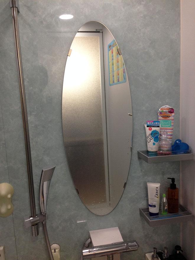 浴室の鏡は縦長が標準だったが、楕円形をチョイスして棚も設置。オプションを取り入れながら、少しずつ自分たち仕様にできて嬉しかったそう。