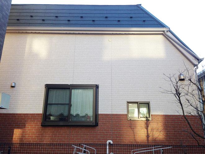 外壁はダークブラウンとホワイトのサイディングを張り分けて、屋根は深緑色に。オリジナリティのある外観に仕上げた。