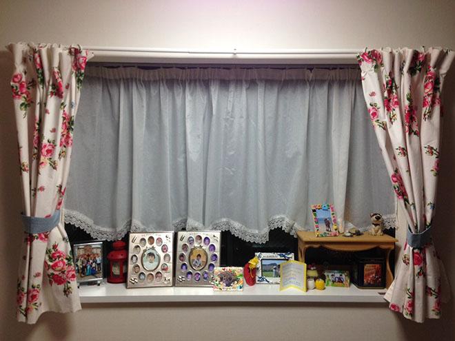 夫人の希望で作られた出窓は、余った木材が使われているそう。お気に入りのカーテンを付けたり、子どもの写真を飾ったり、季節ごとのしつらえも楽しんでいる。