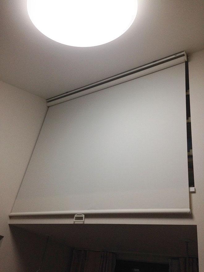 3Fのロフトには、目隠し用にロールスクリーンを間仕切りとして設置。隠す収納としても活用しています。