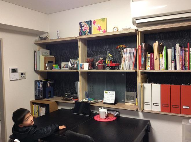 前居で湿気に悩まされていたというIさん。その対策として、窓を敢えてひとつなくして断熱材を入れた。おしゃれな棚を作り、本や書類を整理整頓できるように。
