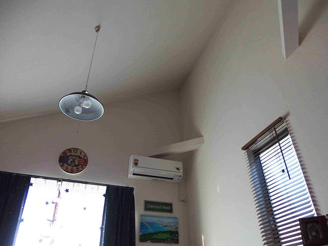 2階のリビングは勾配天井が特徴ののびやかな空間。「周辺はとても静かな住宅街なので、ゆったりと落ち着いて暮らせます」。