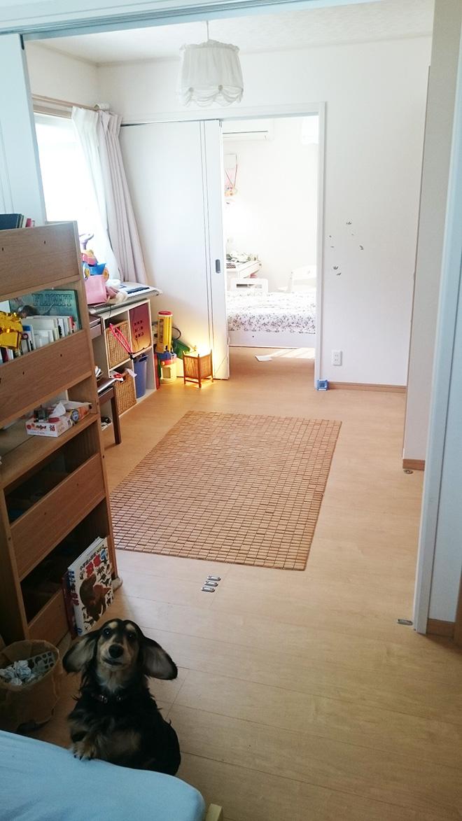 子ども部屋は日本家屋の間仕切りを参考にして、3枚引き戸で緩やかに間仕切り。お子様が小さなうちは一つの大きな空間としても利用できるようにしている。「のびのびと遊べますし、風もよく通ります」。