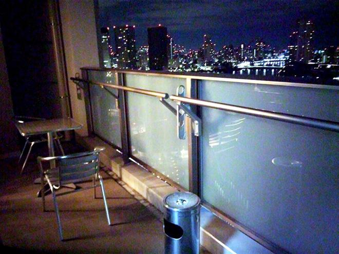 バルコニーからは丸の内や晴海の高層ビル群を眺めることができる。「幅が2メートルくらいあるのでゆったり。前居でも使っていたテーブルセットを置いてもゆとりがあります。」