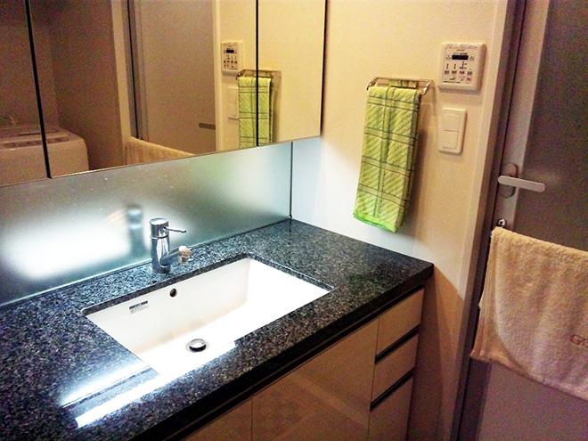 前居の洗面所は白が基調だったために汚れが目立ちやすかったそう。新居では、汚れが目立たない色を事前に選んで採用している。