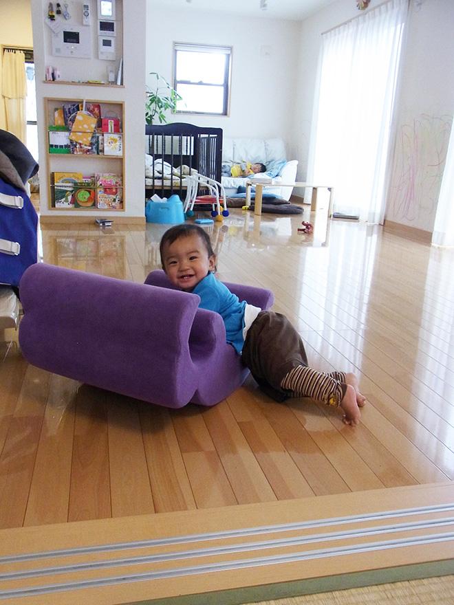 「子どもが走り回れるほど広いリビングにしたかった」とKさん。開放的で目が行きとどきやすいので、まだ小さい下の子も安心して遊ばせられている。