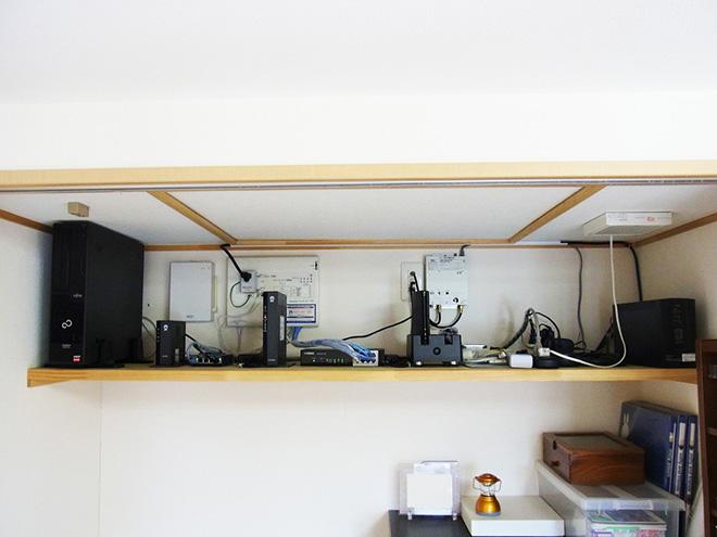 ルーターなどの機器類は、2階押し入れの上部にまとめて収納。その他、全居室の四隅にマルチメディアコンセントを設置している。「SEという職業柄、IT環境にはこだわりました(笑)。現在は無線LANが主流ですが、いざというときは有線が便利です」。