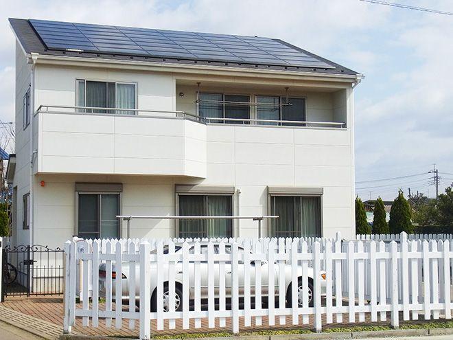 外観は3色まで使用可能だったが、シンプルな白で統一したという。「妻はオレンジ色の瓦屋根にしたかったようですが、太陽光パネルの搭載を優先してしまいました」。