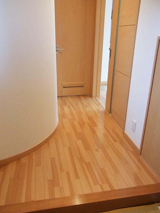 玄関ホールは圧迫感を軽減するため、アーチ型の壁にして限られたスペースでもフロア部分を確保。裏側はトイレにして、空間を有効に活用している。