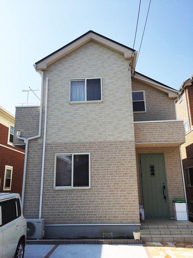 外壁をセレクトできる建売住宅を購入。「夫婦で相談をして、最終的には妻が気に入った薄いベージュのレンガ調サイディングに決めました」。