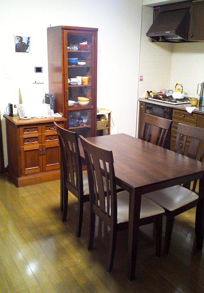 「夫婦ともに料理をしますが、キッチンの高さがちょうど良く使いやすいです」とBさん。食器棚やダイニングテーブルは、床やシステムキッチンと色調を合わせて木目調を選んでいる。