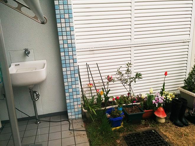 Yさんの住居は1階のため庭があり、戸建て感覚でゆったりと暮らせる。「外壁には白とブルーのモザイクタイルが使われていておしゃれですし、外で使えるシンクなどもあるので庭いじりが楽しいです」とYさん。