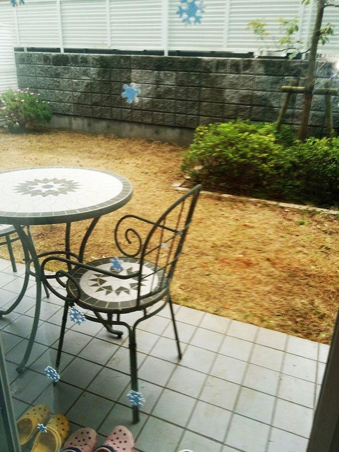 庭にはテーブルとチェアのセットを置いて、ゆったりと寛げるように。「休日は昼からビールを飲むなど、庭のある生活を楽しんでいます」とYさん。