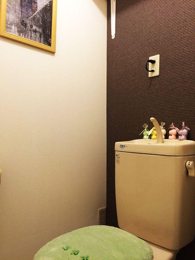 トイレの背面には、ダイニングと同じアクセントクロスを張っている。「グレーの凹凸がある高級壁紙を選びました。白をベースとした空間の中でアクセントになればいいかなと思いました」。