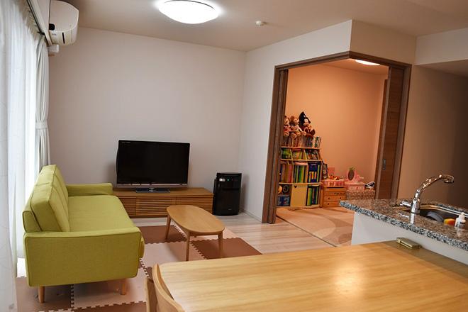 LDKと隣接する居室を子ども部屋に。引き戸を開ければ一体の空間としても利用できる。「クロゼットが2つあり、幼稚園の書類やアルバム、写真などを収納できて便利です」とYさん。