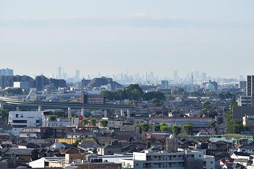 南側のリビングとバルコニーからの眺望。天気が良い日には、新宿の高層ビル群も望める。