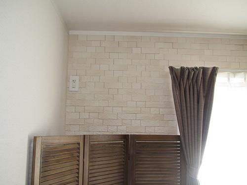 南の壁一面、調湿作用のあるアクセント壁材張りになっている。「これだけたくさん張ってあるのは珍しい」と不動産会社さんが驚いていました。料理のニオイなどが前居より気にならない気がします」。