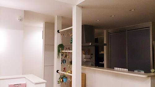 キッチン前の壁面はホワイトボードのマグネットパネルになっている。「予定を書いたり、ゴミ表を貼ったり、ラップやホイルのラックを貼ったりと活用しています」。