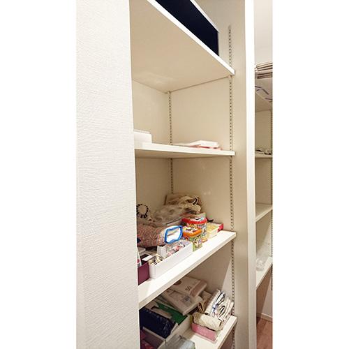 パントリーには食品のストックや、ゴミ袋、ラップ、ホイル、布巾などをしまっている。「実家にはないので母が羨ましがっています」。