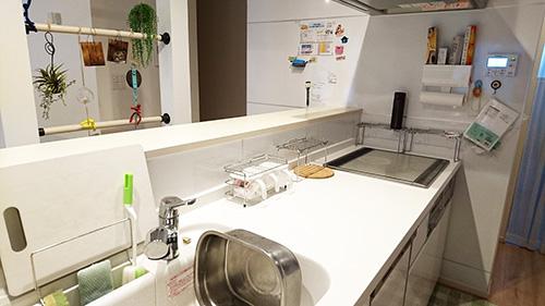 キッチンは広いので、とても使いやすいという。「作ったものをカウンターに一時置きができるので、献立の品数が自然と増えました」。