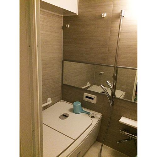 ユニットバスは保温浴槽が採用されている。「追い焚きの必要がありませんし、浴槽のサイズもちょうど良いので、毎日の入浴タイムが快適になりました」。
