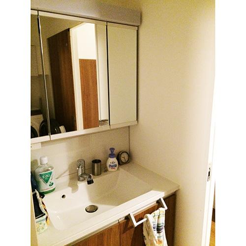 洗面所は、ドラム式洗濯機をおいてもゆとりある広さ。洗面台の下部やミラーキャビネットなど、収納も多く助かっているそう。「シャワーノズルが伸びるので、洗面台の掃除や手洗いの洗濯物をする際に重宝しています」。