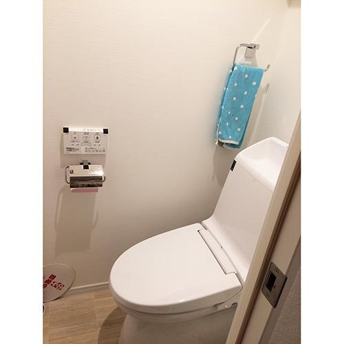 トイレは自動開閉式。「初めてだったので、何度も座ってみたり、タイミングが合わなかったり(笑)、引っ越したばかりの頃は思わずはしゃいでしまいました」。