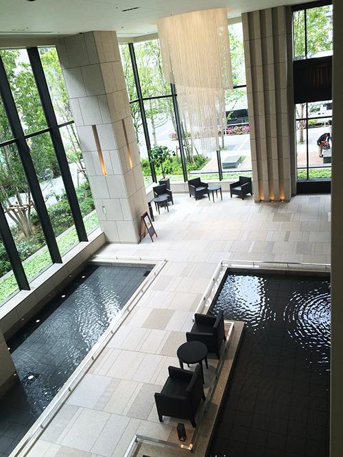 二層吹抜のエントランスホールは、水盤を取り入れた気持ちの良い空間。「通るたびに、水のせせらぎやピアノの音色に癒されています。酔って水の中に足を入れてしまったこともありますが……(苦笑)」とAさん。