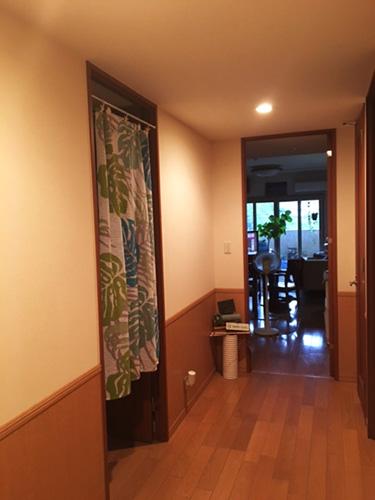 廊下の幅が1.4メートルほどあり、リビングまでのアプローチはゆったりとした印象。「広さも天井高もあり、娘とビーチボールを投げて遊べます(笑)」。