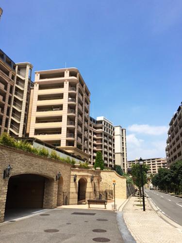 「住戸というより、高台の街を購入したつもり」と話すWさん。南仏の城壁をイメージして作られたという美しい街並みが広がっている。ゲストルームやパーティルームなども共有施設が充実しており、友人を呼ぶ際などに活用しているそう。「大人向けのサークルもあり、引っ越し当初にいろいろ参加しました」。
