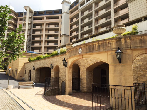 地下駐車場入り口。1,800世帯全てに対して1台ずつ、駐車スペースが確保されている。「駐車場代は共益費に含まれているため、今のところ無料です」。