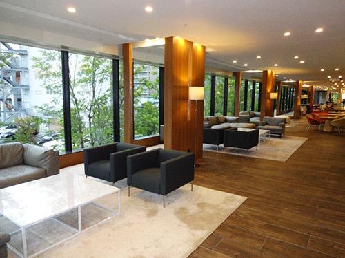 緑道の緑を眺めながら過ごせるラウンジ。まるでホテルのような落ち着きを醸し出す、くつろぎの空間が広がる。