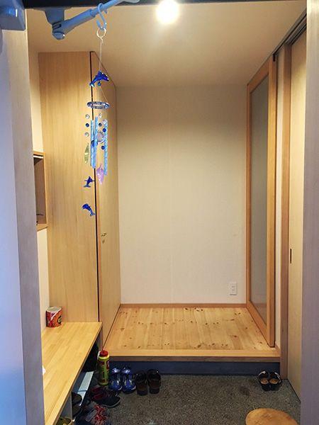 玄関は、壁一面を靴箱にすることで収納量を確保。ベンチ収納にも靴をしまっている。「子どもが3人いると、あっという間に埋まってしまいます」。