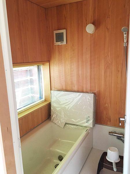 浴室の壁はサワラ仕上げ。木のぬくもりが心地よい空間だ。「窓が大きく、サービスバルコニーもついています。いずれは植栽など手を入れて、よりお気に入りの場所にしたいですね」。