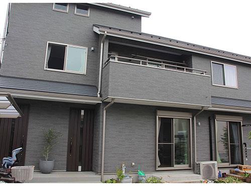 1階は親世帯、2階はSさんご夫婦の子世帯が使用。世帯ごとに玄関が設けられている。「2階にパントリーを作ったり、カウンターを設けたりした関係で、北側に大きな窓を作れませんでしたが、見かけより住みやすさを重視しました」とSさん。