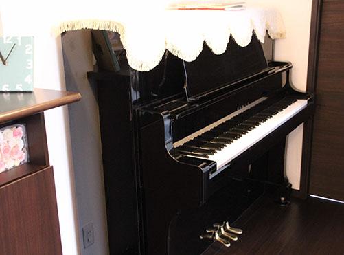 夫人のアップライトピアノは、建て替え前のご自宅から持ち込んだそう。「事前に置く場所を決めて下地補強を行い、調律もしたのですが、妻はなかなか弾いてくれません(笑)」。