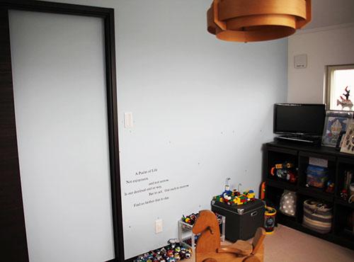 子ども部屋は壁一面に、水色のアクセントクロスを張って優しい雰囲気に。「将来は間仕切りで分割して、2つの子ども部屋としても使えるように設計してもらいました」。
