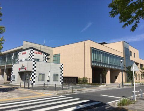 マンションの最寄り駅前には、図書館が併設されたコミュニティセンターも誕生。「つい最近オープンしました。体育館などが入っています」。
